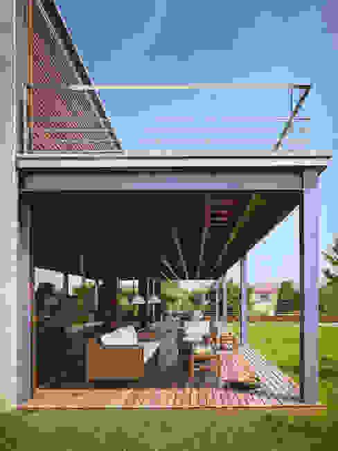 Балкон и терраса в стиле модерн от Artigas Arquitectes Модерн