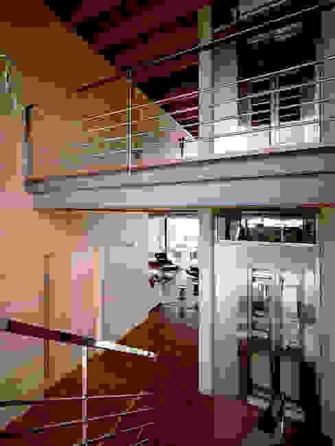 Pasillos y recibidores de estilo  por Artigas Arquitectes