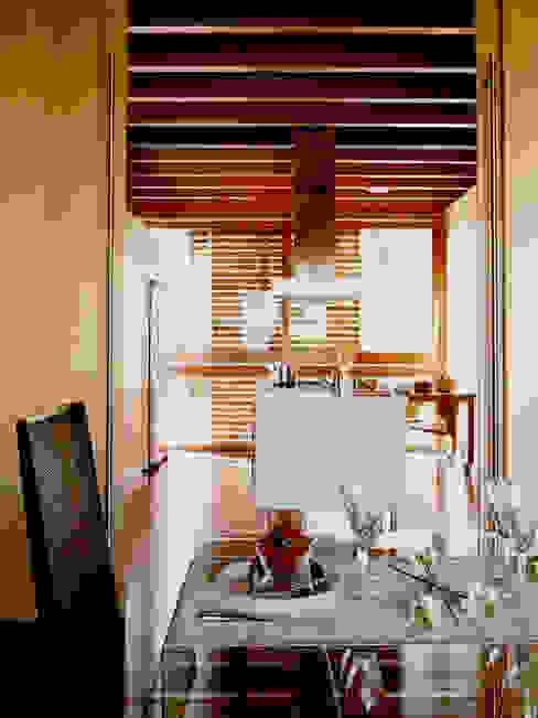 Столовая комната в стиле модерн от Artigas Arquitectes Модерн
