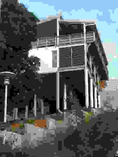 LAUTE house - Southern façade - from below Maisons tropicales par STUDY CASE sas d'Architecture Tropical