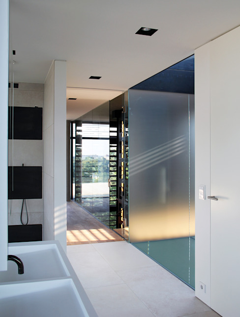 Minimalist style bathroom by Architekt Zoran Bodrozic Minimalist