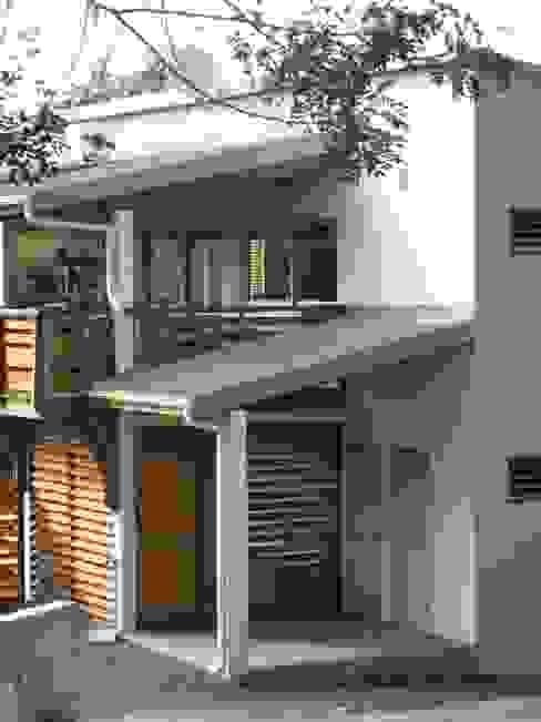 LAUTE house - outside view - détail Maisons tropicales par STUDY CASE sas d'Architecture Tropical
