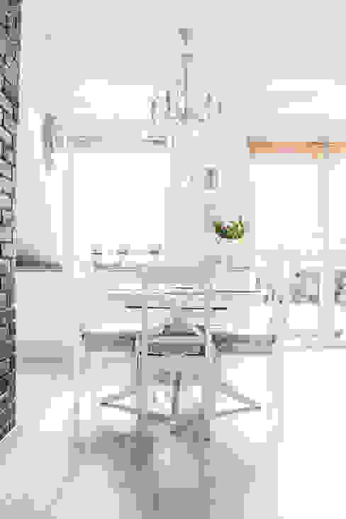 Mieszkanie na poddaszu 85m2 Skandynawska jadalnia od Meblościanka Studio Skandynawski