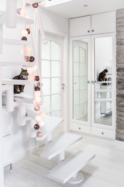 Mieszkanie na poddaszu 85m2 Skandynawski korytarz, przedpokój i schody od Meblościanka Studio Skandynawski