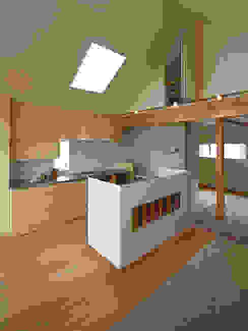 Cocinas de estilo moderno de 福田康紀建築計画 Moderno