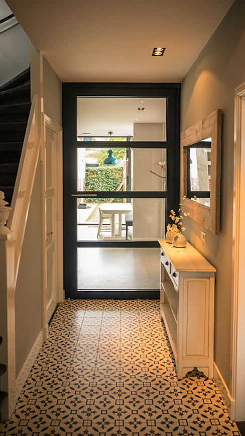Aanbouw en renovatie van 2-onder-1-kapper met ruime woonkeuken met kookeiland, gietvloer en luxe aluminium vouwschuifpui:  Gang en hal door Joep van Os Architectenbureau