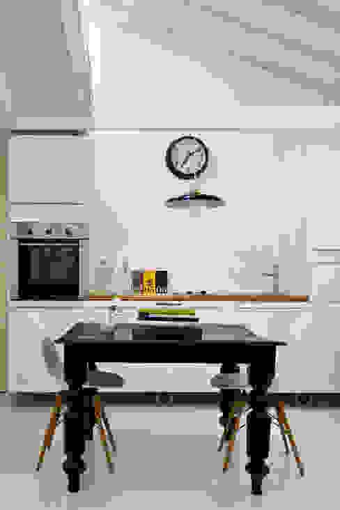 現代廚房設計點子、靈感&圖片 根據 B-mice Design + Architecture 現代風