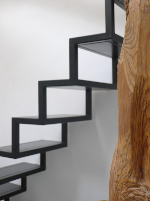Detalle de escalera metalica Salones de estilo moderno de B-mice Design + Architecture Moderno