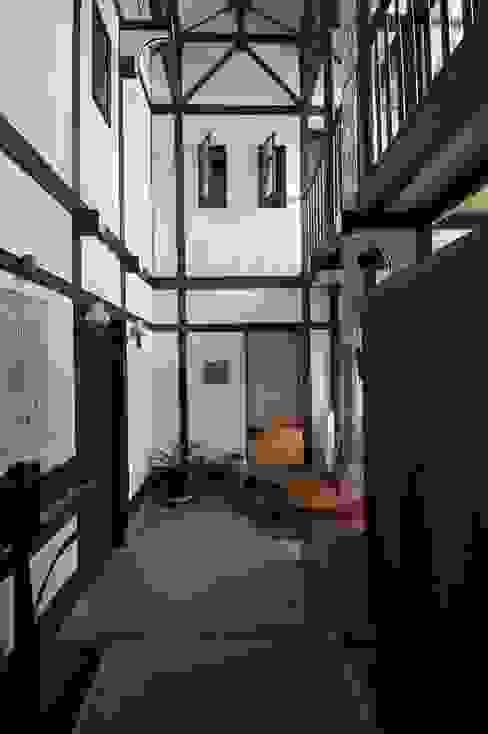 玄関ホール(階段下から和室をみる) カントリースタイルの 玄関&廊下&階段 の 株式会社 央建築設計事務所 カントリー