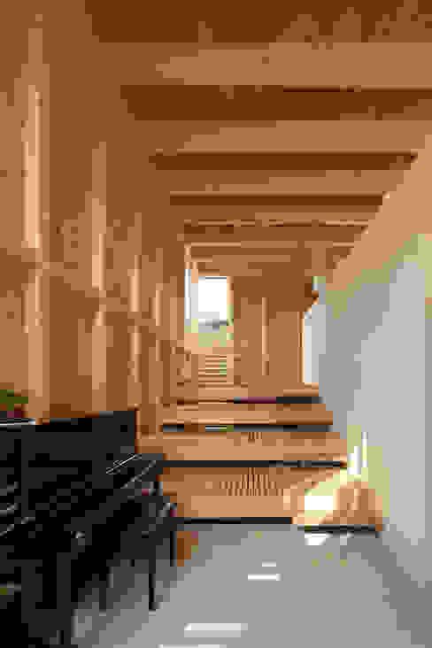 Salas de estar minimalistas por 畠中 秀幸 × スタジオ・シンフォニカ有限会社 Minimalista