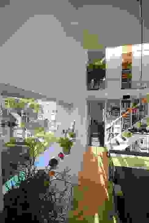Doorkijk eetkamer naar keuken bovenwoning:  Eetkamer door Gunneweg & Burg, Modern