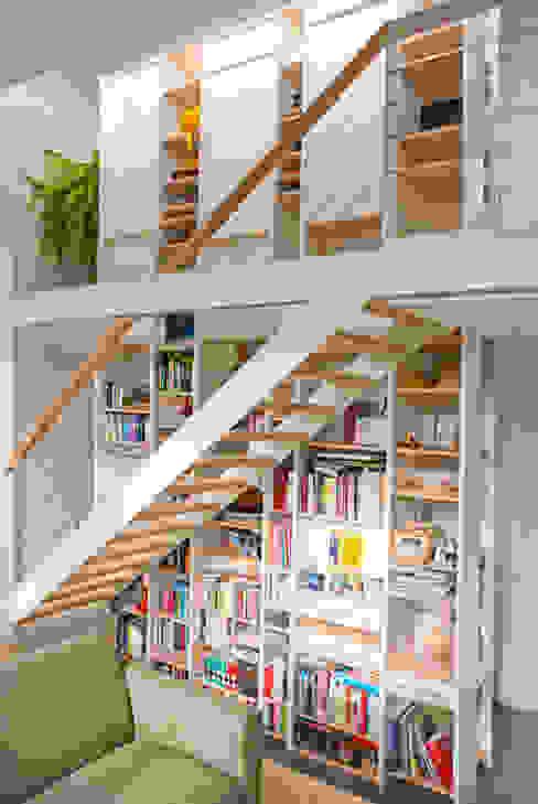 Trap en kastmeubel bovenwoning Moderne gangen, hallen & trappenhuizen van Gunneweg & Burg Modern