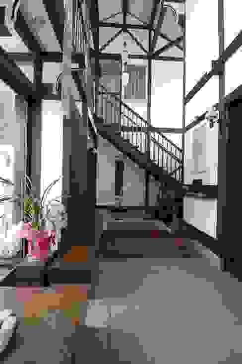 玄関ホール(和室から階段方向をみる): 株式会社 央建築設計事務所が手掛けた廊下 & 玄関です。,カントリー