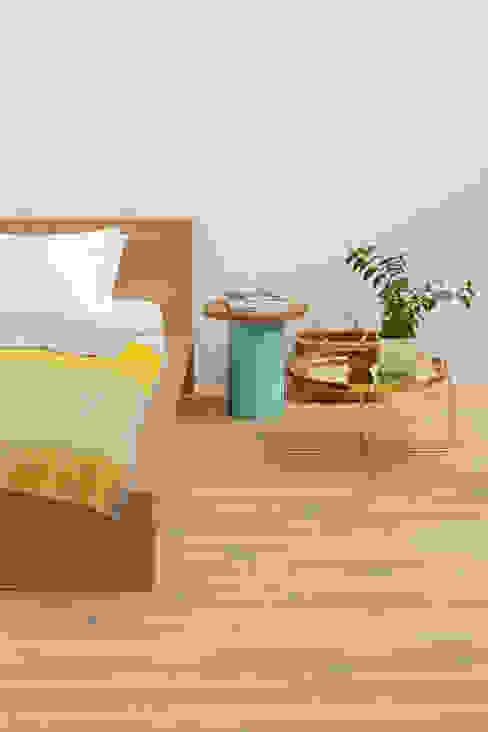 Side table ENOKI Phòng ngủ phong cách hiện đại bởi e15 Hiện đại