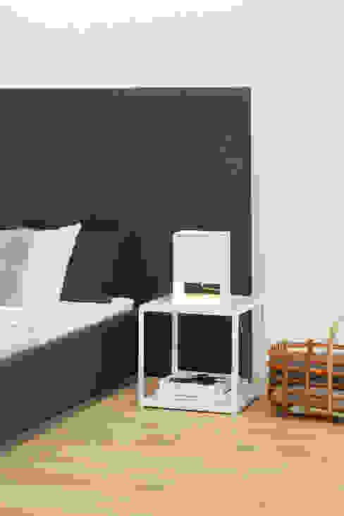 Side table FORTYFORTY Phòng ngủ phong cách hiện đại bởi e15 Hiện đại