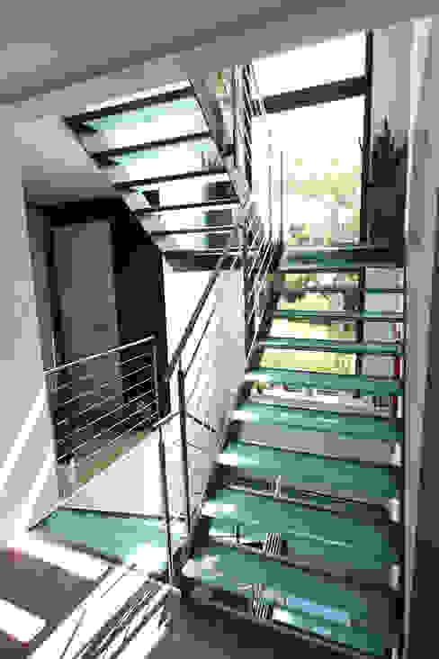 モダンスタイルの 玄関&廊下&階段 の lifestyle-treppen.de モダン
