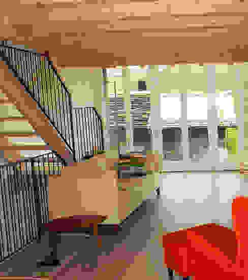 Una casa per tornare a vivere in montagna Soggiorno moderno di Architettura & Urbanistica Architetto Dario Benetti Moderno