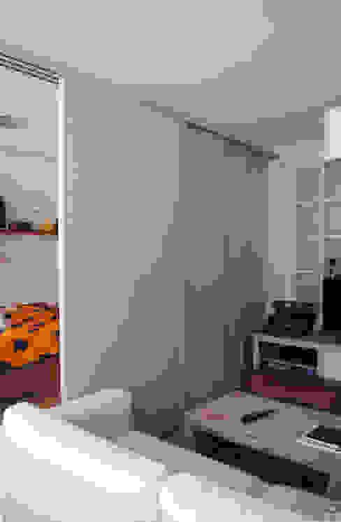 Puertas correderas Livings modernos: Ideas, imágenes y decoración de Estudo de Arquitectura Denís Gándara Moderno