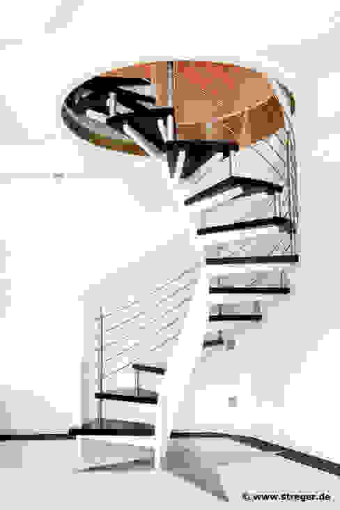 STREGER Massivholztreppen GmbH Corredores, halls e escadas modernos