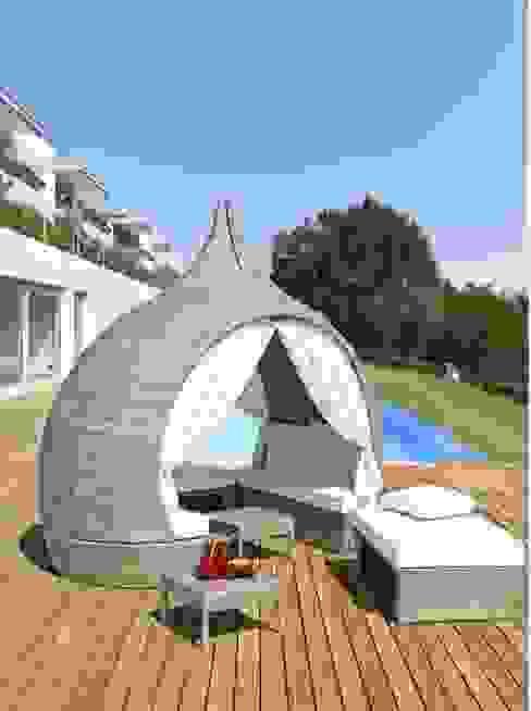 Rilssarsi in un originale daybed a bordo piscina di El camino del Sol ...particolari dal mondo Moderno