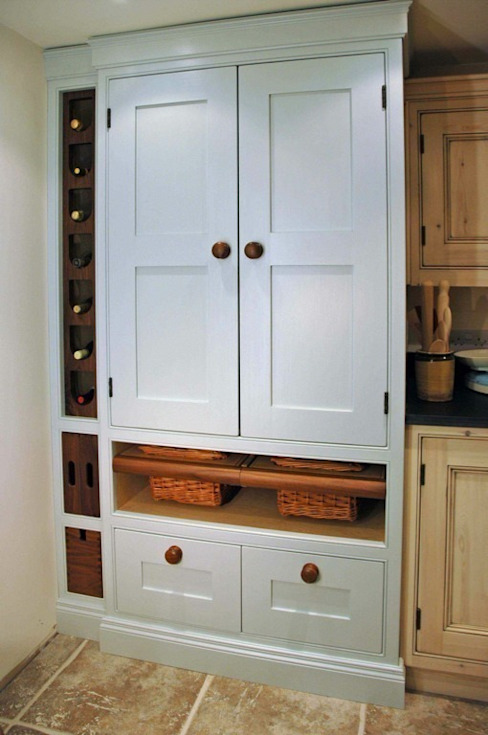 Traditional larder cupboard Hallwood Furniture 廚房