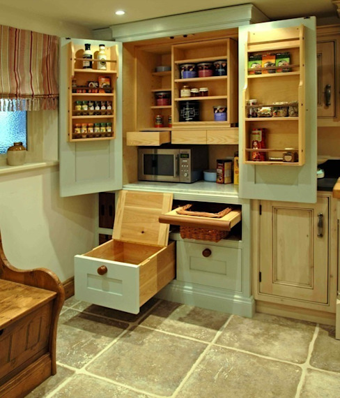 Traditional larder Cupboard Dapur Klasik Oleh Hallwood Furniture Klasik