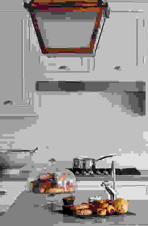Marble Splashback Nhà bếp phong cách hiện đại bởi Studio Duggan Hiện đại