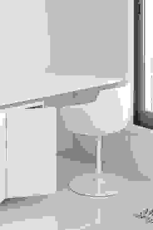 Apartamento no Porto - Portugal:   por Cláudio Vilarinho Arquitectura e Design Lda,Minimalista