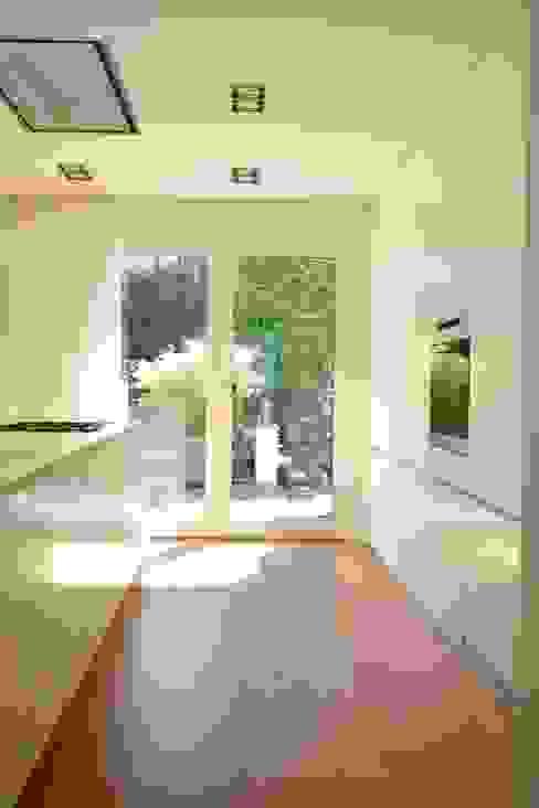 Cozinhas modernas por rother küchenkonzepte + möbeldesign Gmbh Moderno