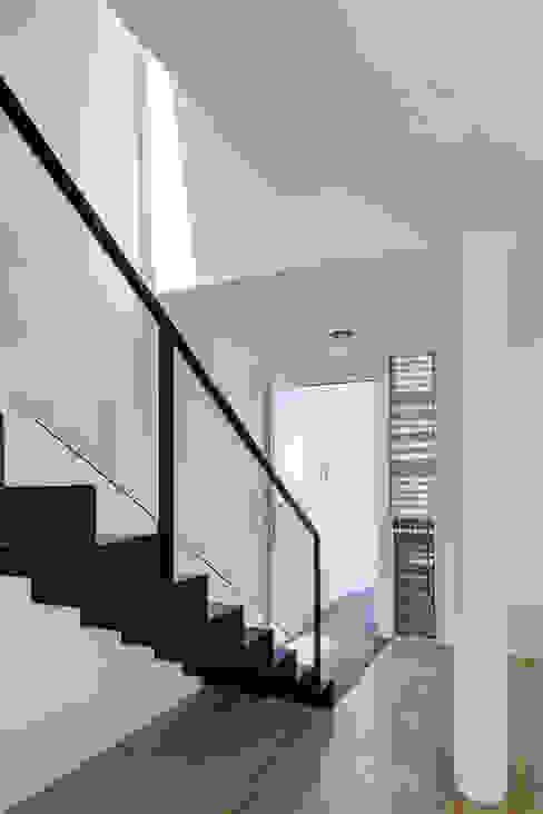 Minimalist corridor, hallway & stairs by Taller ADC Architecture Office Minimalist