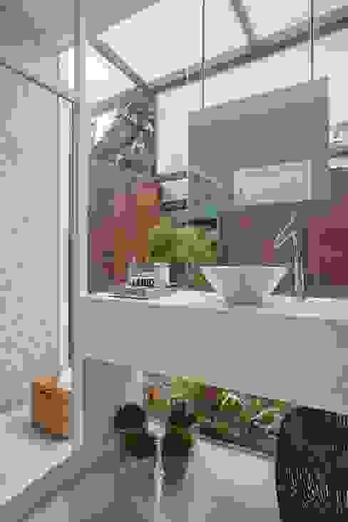 Baños modernos de ANGELA MEZA ARQUITETURA & INTERIORES Moderno