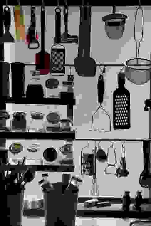 キッチンの見せる収納: 安井正/クラフトサイエンスが手掛けたキッチンです。