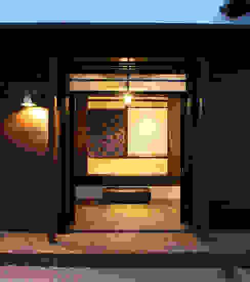 シンメトリーな格調高い玄関 アジア・和風の 窓&ドア の 安井正/クラフトサイエンス 和風