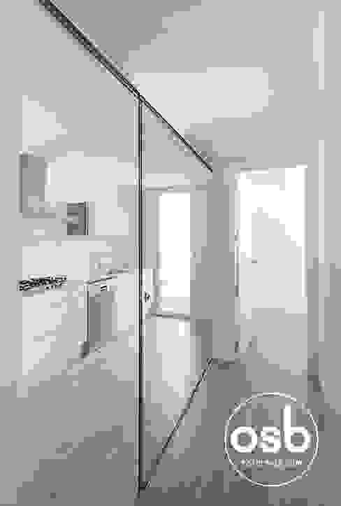 Pasillos, vestíbulos y escaleras minimalistas de osb arquitectos Minimalista