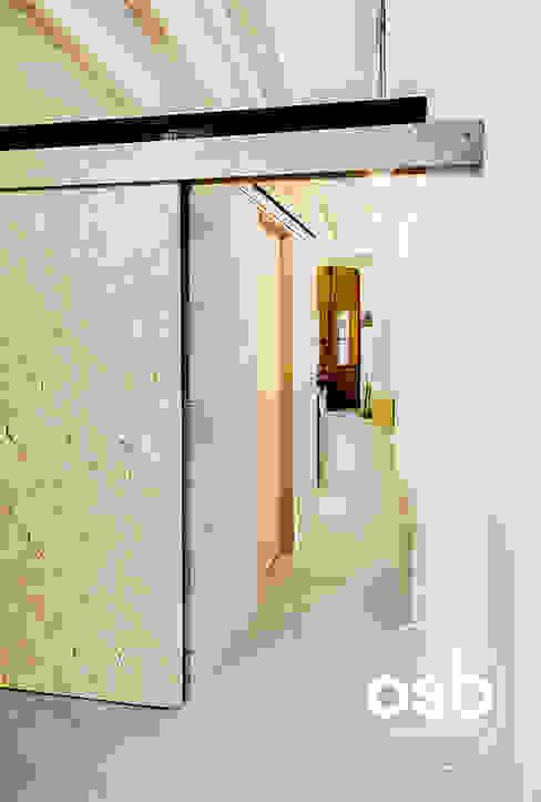 rafa Pasillos, vestíbulos y escaleras de estilo industrial de osb arquitectos Industrial