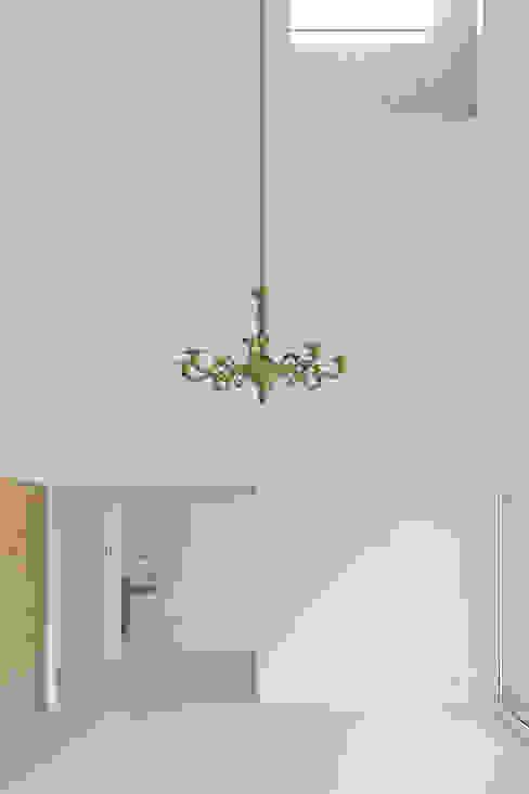 Dom w Lublińcu 2: styl , w kategorii Salon zaprojektowany przez Dyrda Fikus Architekci,Nowoczesny