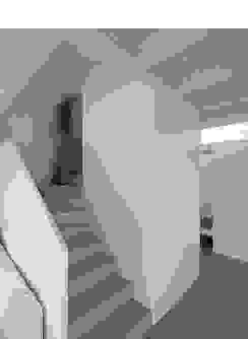Corredores, halls e escadas modernos por xarchitekten Moderno