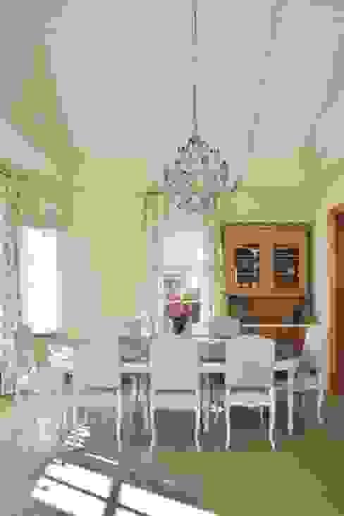 Дом в поселке Ильичевка Столовая комната в классическом стиле от ANIMA Классический