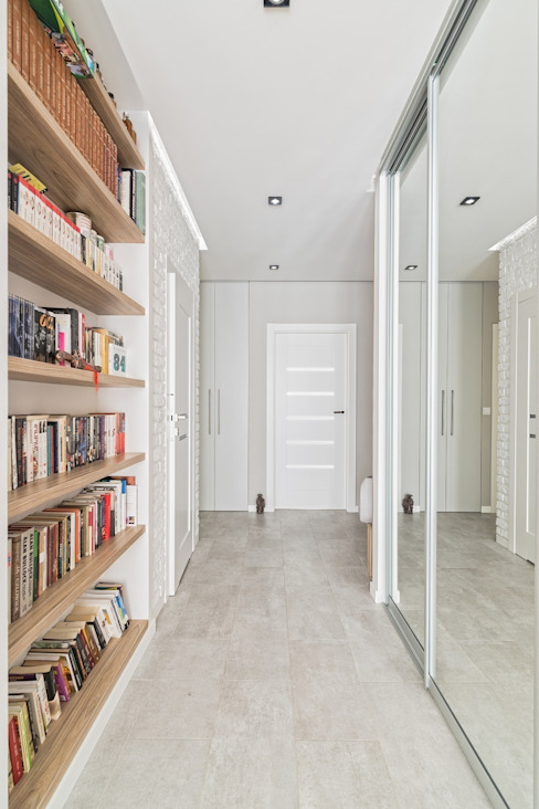 MIESZKANIE 72 M2 Minimalistyczny korytarz, przedpokój i schody od KRAMKOWSKA|PRACOWNIA WNĘTRZ Minimalistyczny