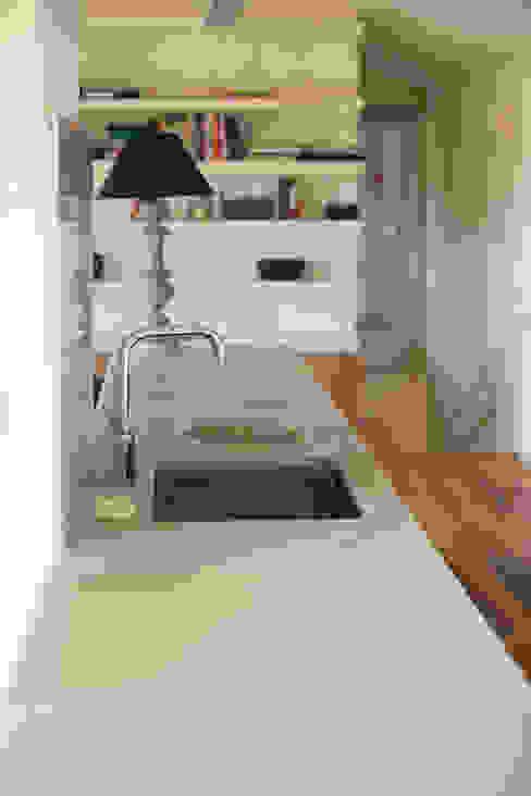 現代廚房設計點子、靈感&圖片 根據 DMP arquitectura 現代風