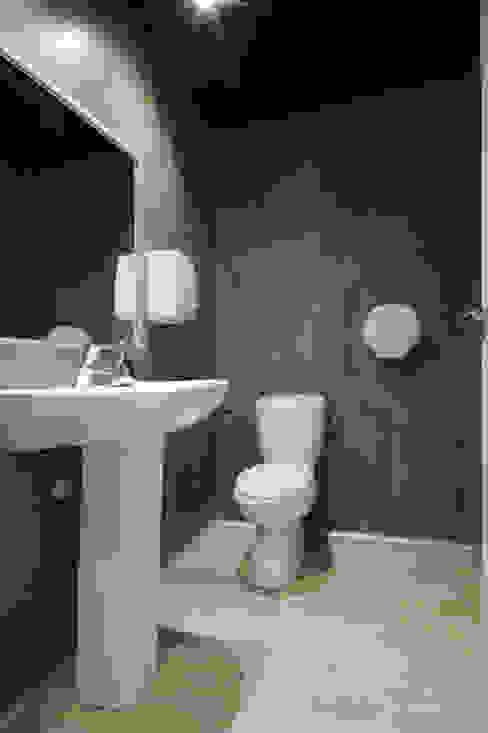 Después del baño, suelo vinílico y paredes con paneles vinílicos. de Casas a Punto home staging Industrial