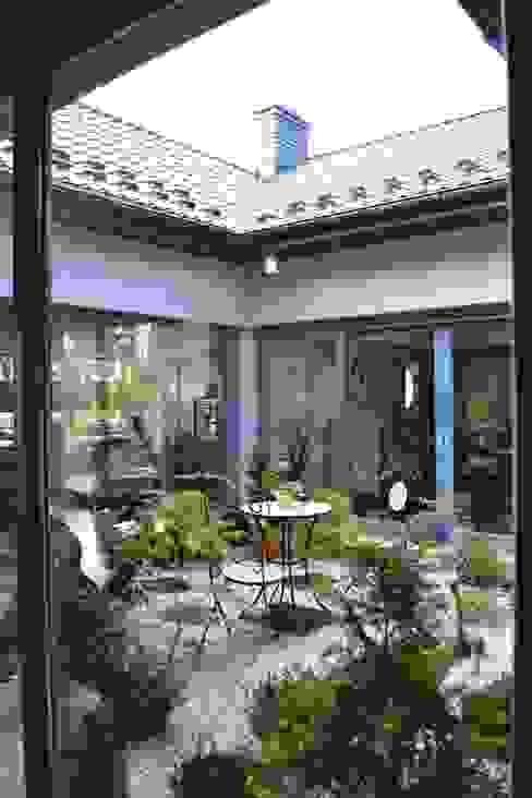 Dom z wewnętrznym PATIO Nowoczesny ogród od Autorskie Studio Projektu QUBATURA Nowoczesny