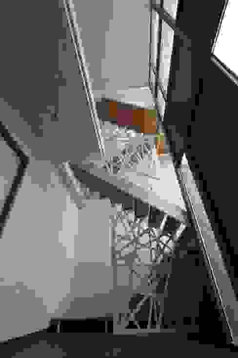 Corridor & hallway by XVDH Architecture, Modern
