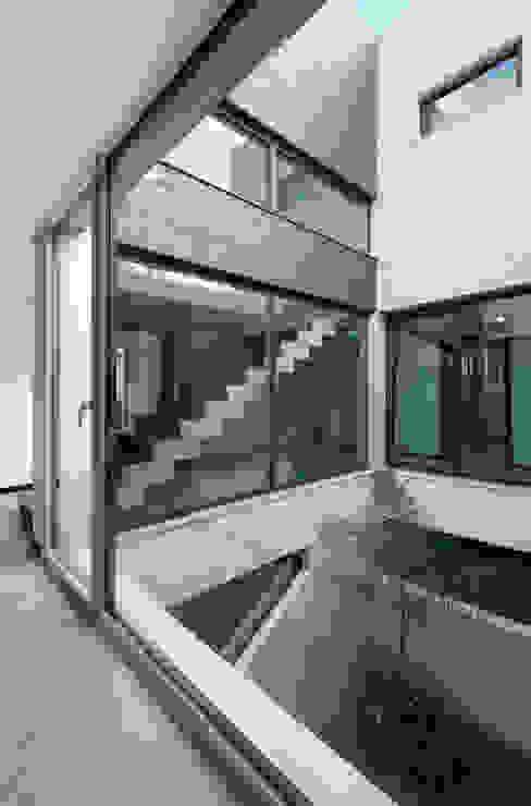 Casa Sanchez Pasillos, vestíbulos y escaleras de estilo minimalista de TOV.ARQ Estudio de Arquitectura y Urbanismo Minimalista