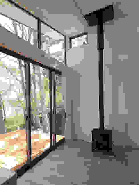 リビングルームの一角に設置した小さな薪ストーブ モダンデザインの リビング の 大庭建築設計事務所 モダン