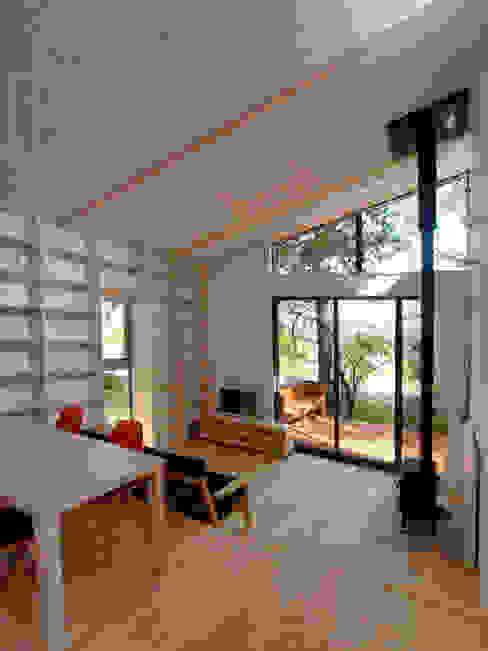 ダイニングからリビングルームを見たところ モダンデザインの リビング の 大庭建築設計事務所 モダン