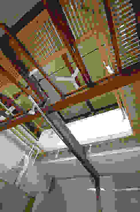 吹抜けを見上げたところ モダンデザインの 多目的室 の 大庭建築設計事務所 モダン