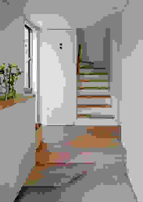 Couloir et hall d'entrée de style  par 株式会社リオタデザイン,
