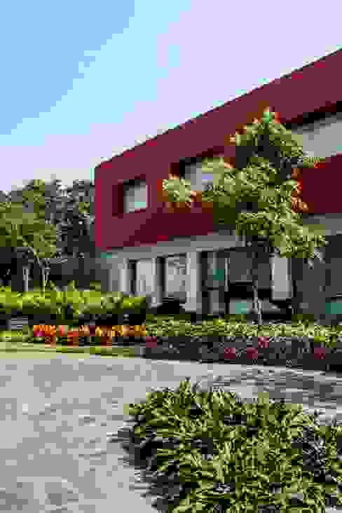 Fachada: Casas de estilo  por ARKOT arquitectura + construcción, Moderno