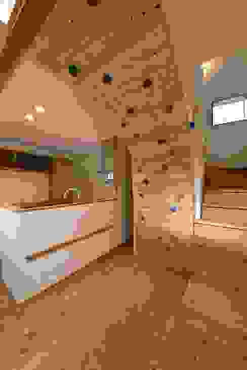 ボルダリング壁: アトリエdoor一級建築士事務所が手掛けたキッチンです。,モダン